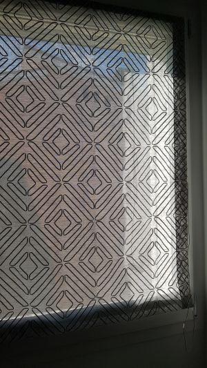 Particolare di tenda pacchetto a vetro in tessuto di Zimmer+Rohde