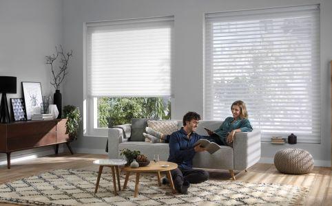 Tendaggio alla veneziana tessile regolabile per ottenere filtraggio solare e luminosità diversi tra loro con possibilità di ottenere oscuramento totale